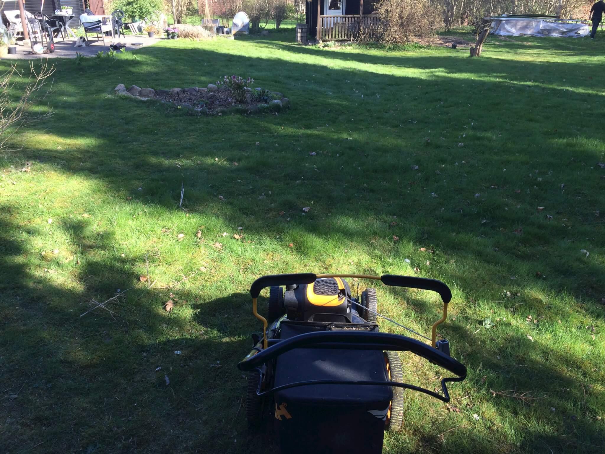 så er det tid til at slå græsset