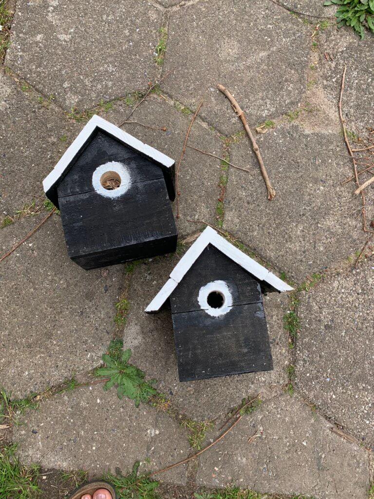 hjemmebyget redekasser til fuglene
